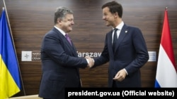 Президент Украины Петр Порошенко (слева) и премьер-министр Нидерландов Марк Рютте во время саммита ЕС в Варшаве, июль 2016 года