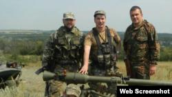Бойовик Вадим Погодін (крайній справа)