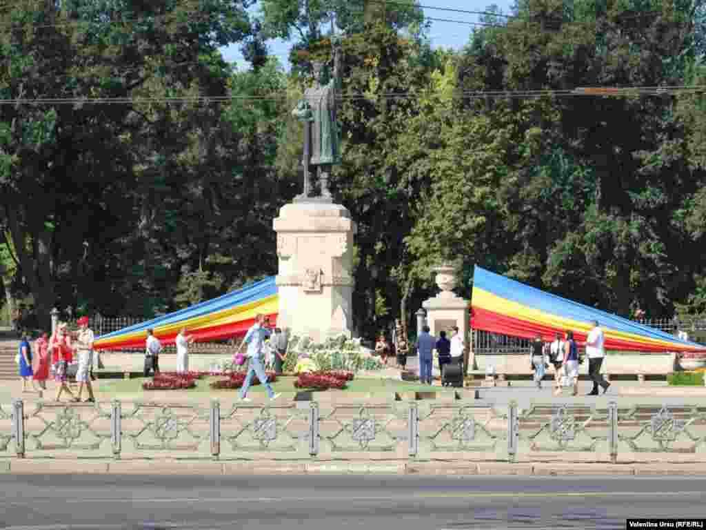 Lumea se adună la monumentul lui Ştefan cel Mare