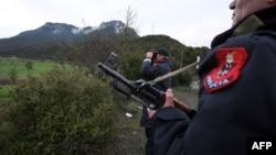 Policët e Shqipërsië duke e ruajtur kufirin me Greqinë për t'i ndalur migrantët e mundshëm