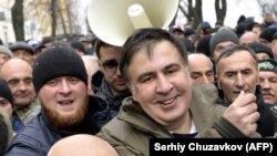 Михаил Саакашвилидің жақтастары күш құрылымдарының қолынан босатып алған сәті. Киев, 5 желтоқсан 2017 жыл.