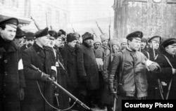 Народная міліцыя арыштоўвае перапранутых паліцыянтаў, люты 1917 году