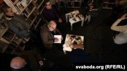 Валянцін Акудовіч падпісвае сваю «Кнігу пра нішто»