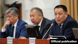 Улан Исраилов отвечает на вопросы депутатов.