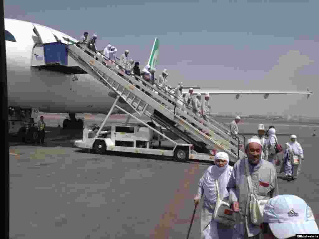 Паломники вылетали из двух международных аэропортов страны в Бишкеке и Оше.