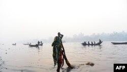 Bangladeş raýaty Buriganga derýasynda eşik ýuwýar. 4-nji ýanwar, 2014.