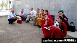 Учащиеся учебных заведений Туркменистана во время экзаменов.