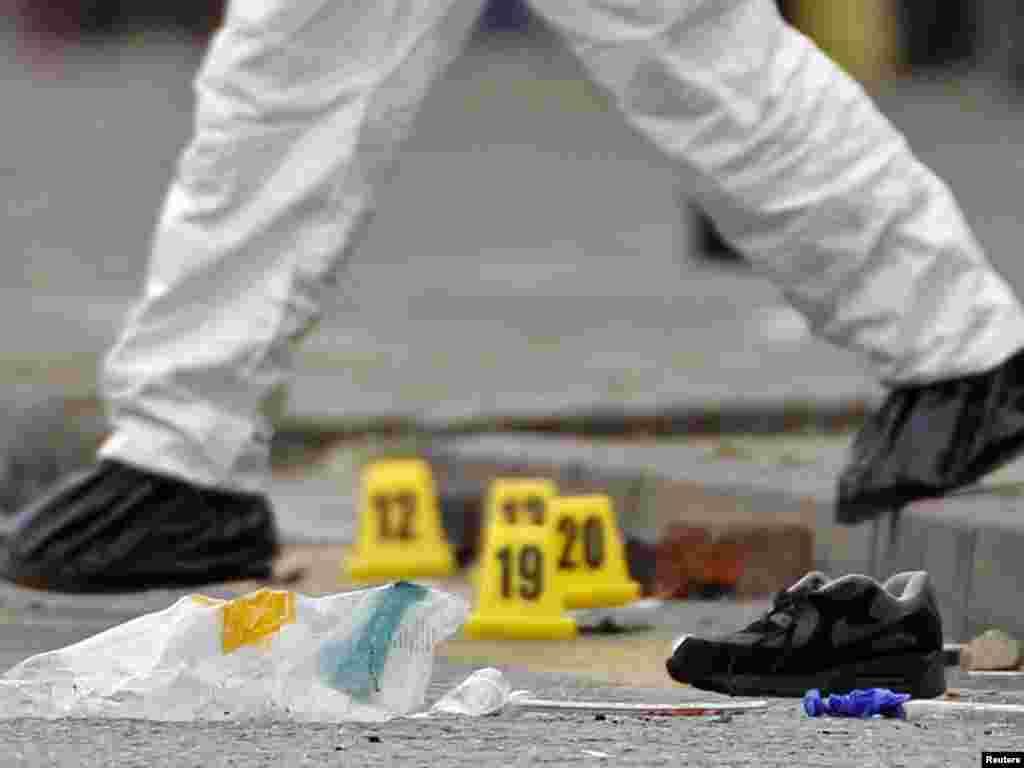 Policija na mjestu gdje su ubijene tri osobe, Birmingham, 10.08.2011. Foto: Reuters / Darren Staples