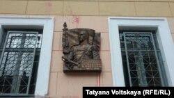 Облитая краской мемориальная доска маршалу Маннергейму в Петербурге