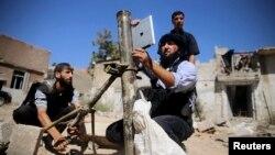 Ілюстраційне фото. (Сирійські повстанці використовують гірокомпас IPad Apple для розрахунку траєкторії пострілу з міномета (дата та місце невідомі))