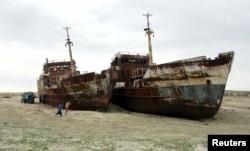 Дети играют у старых кораблей на месте Аральского порта. 17 апреля 2013 года.