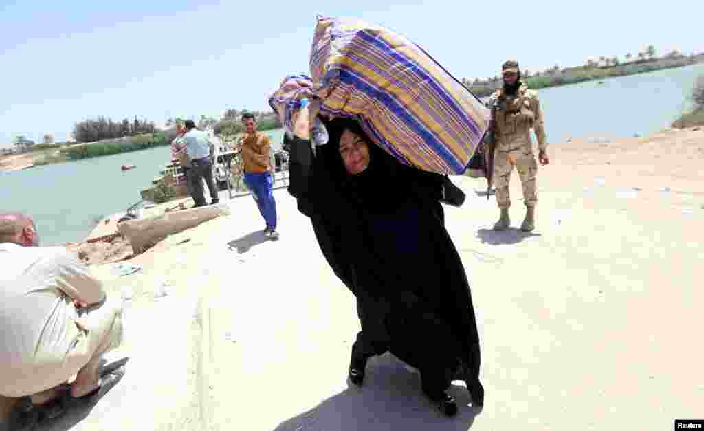 Displaced Sunni Iraqis fleeing the violence in the city of Ramadi arrive at the outskirts of Baghdad on May 16. (Reuters)