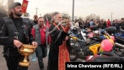 Акция байкеров на Воробьевых горах в поддержку патриарха Кирилла , Москва, 22 апреля 2012 года.