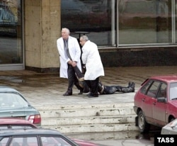 Medics remove a victim who died in the siege of the Dubrovka theater in 2002.