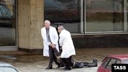 Врачи тащут тело погибшего в результате теракта человека. Москва, театр на Дубровке, 24 октября 2002 года.
