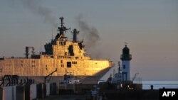 Перший із «Містралів» для Росії здійснює перший пробний вихід у море, Сен-Назер, Франція, 5 березня 2014 року. Його назва – «Владивосток». Другий має називатися «Севастополь».