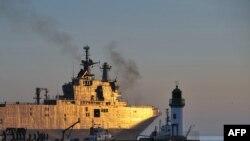 """Десатный корабль-вертолетоносец типа """"Мистраль"""", заказанный Россией, на верфи во Франции, 5 марта 2014 года."""