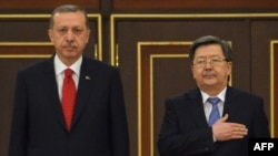 Kyrgyz Prime Minister Jantoro Satybaldiev (right) with his Turkish counterpart, Recep Tayyip Erdogan, during an official welcome ceremony in Bishkek on April 9.