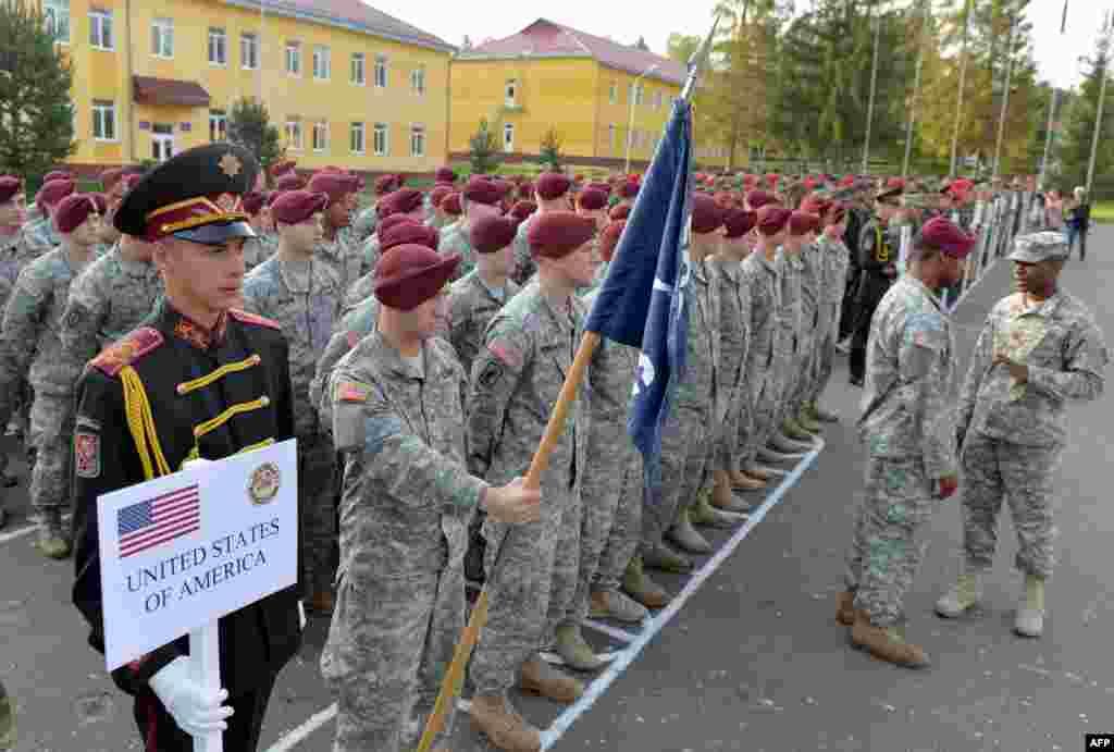На западе Украины на этой неделе начались международные тактические учения «Быстрый трезубец - 2014» (Rapid Trident 2014), в которых принимают участие около 1 300 военных из 15 стран мира, в том числе из США, Германии, Великобритании и Канады.