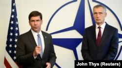 (ښی-کین) د ناټو عمومي منشي ینس سټولټنبرګ او د امریکا دفاع وزیر مارک اسپر.