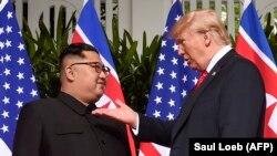 Лидер Северной Кореи Ким Чен Ын (слева) и президент США Дональд Трамп. Сентоса, 12 июня 2018 года.