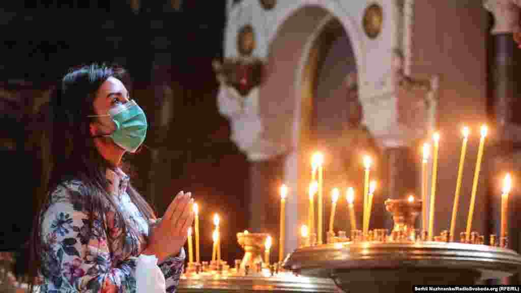 У храмі тримають безпечну дистанцію не менше двох метрів, зайти можна тільки у масці