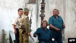 Сотрудники милиции беседуют с солдатами во время патрулирования. Андижан, 16 мая 2009 года.