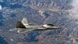 Un F-22 Raptor deasupra Nevadei.