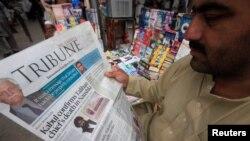 Өткөн аптада америкалык соккудан каза тапкан молдо Ахтар Мансурдун өлүмү тууралуу кабарды окуп жаткан адам. Пакистан.