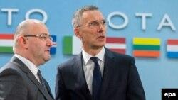 Леван Изория (слева) не исключил, что в марте будущего года может состояться и визит генсека НАТО Йенса Столтенберга в Тбилиси