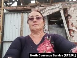 Лейла Гагиева на фоне разрушенного дома