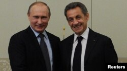 Vladimir Putin (solda) və Nikola Sarkozy, 2016, Moskva