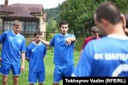 Местный энтузиаст футбола Сослан Чехоев (в центре)