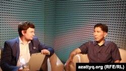 Ведущий программы AzattyqLIVE Вячеслав Половинко (слева) и политический эксперт Досым Сатпаев. Алматы, 30 июня 2016 года.