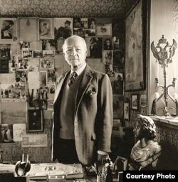 Николай Вырубов в своем кабинете