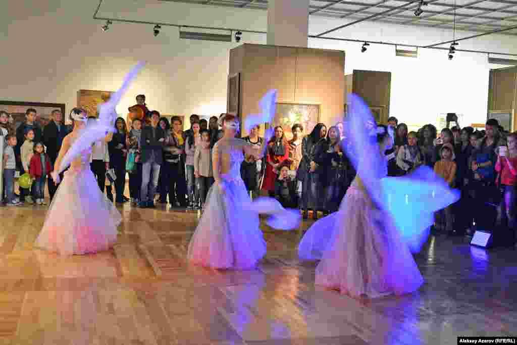 В зале, где расположилась предаукционная выставка картин стоимостью в не одну тысячу долларов каждая, девушки под национальную казахскую музыку исполняли зажигательный танец.