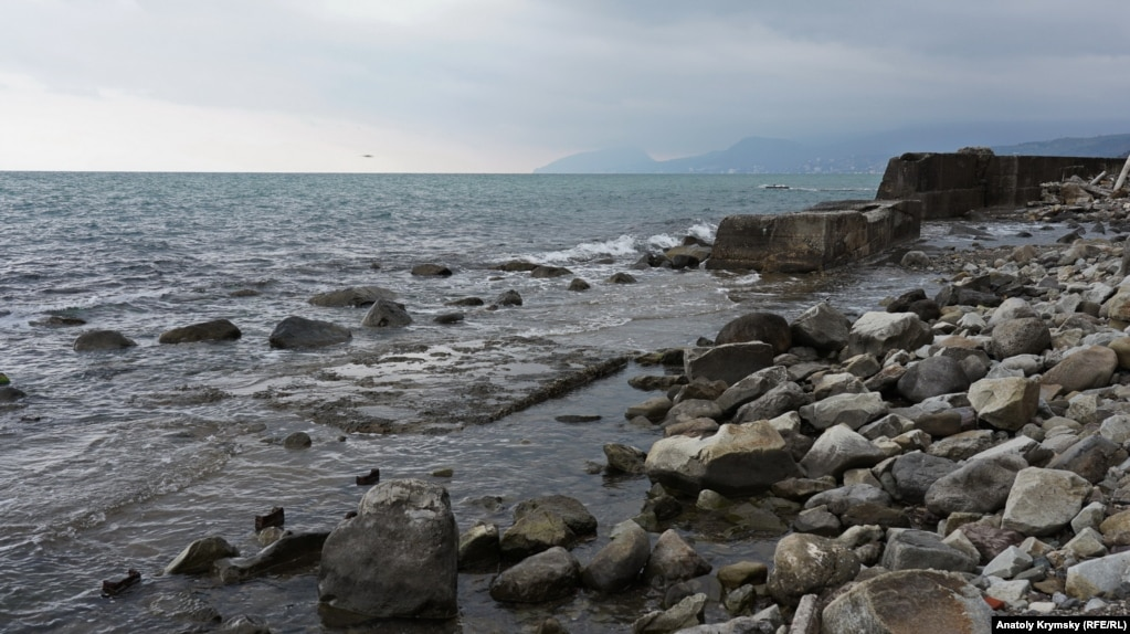 Здесь море «отвоевало» часть поселкового пляжа