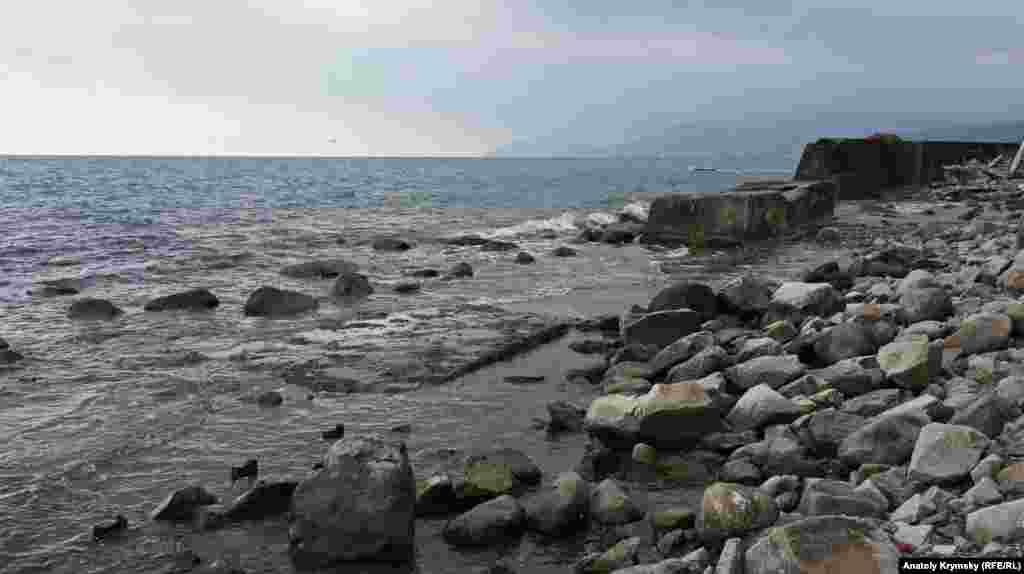 Тут море «відвоювало» частину селищного пляжу