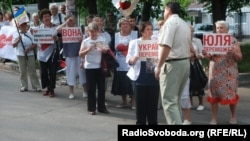 Yulia Tymoshenko supporters rally at the hospital in Kharkiv, where she was transferred for medical treatment by a German physician, on May 16.