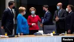 آنگلا مرکل (لباس آبی) در جلسه اقتصادی اتحادیه اروپا