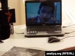Атыраудағы Асан Қуанышкереев Азаттықпен Skype арқылы байланыс сәтінде. 25 қаңтар 2013 жыл.