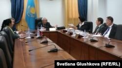 Лингвистическая комиссия ЦИК во главе с Мырзатаем Жолдасбековым. Астана, 12 марта 2015 года.