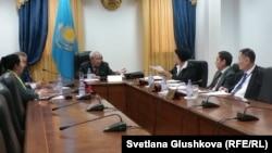 Орталық сайлау комиссиясының лингвистикалық орталығы басшысы Мырзатай Жолдасбеков (ортада). Астана, 12 наурыз 2015 жыл.