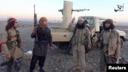 """Люди, назвавшиеся боевиками """"ИГ"""" (под Ширкатом, север Ирака)"""