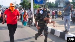 Spasioci evakuišu stanovništvo pored fabrike LG Polymers u Vizakapatnamu 7. maja