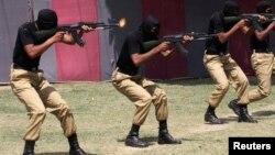 Спецназ в Пакистане завершил подготовку по борьбе с терроризмом и показывает свое мастерство во время проходящего парада в Лахоре, 28 апреля 2014
