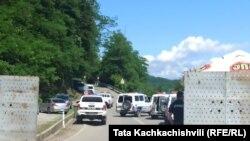 Ոստիկանները պարեկություն են իրականացնում Գումատի գյուղի մոտ, որի շրջանում նախատեսվում է կառուցել հիդրոէլեկտրակայանը, 4 հունիսի, 2021թ.