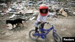 Dečak u jednom od romskih naselja u blizini Sarajeva