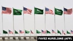 پرچمهای ایالات متحده و عربستان سعودی در خیابانهای ریاض
