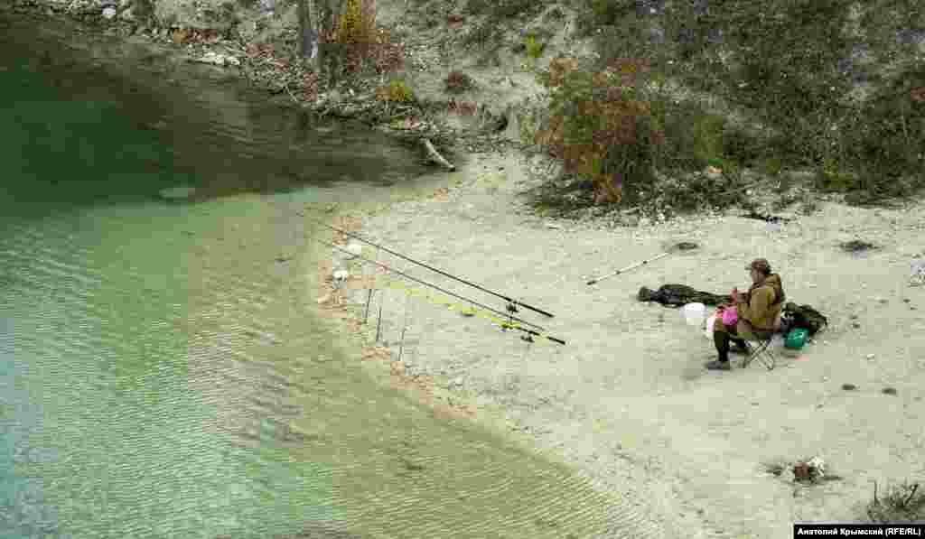 На другом – рыбак